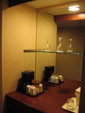 Quality Inn & Suites Levis: Mini bar and fridge area in room 210
