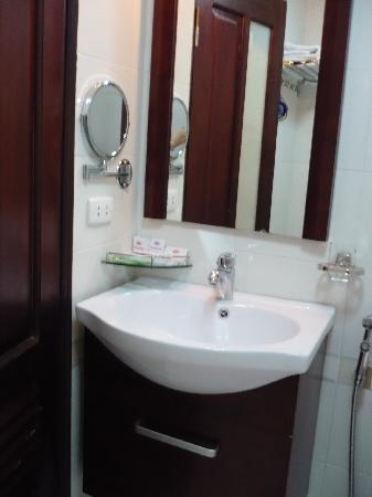 Hanoi Charming Hotel: very clean bathroom