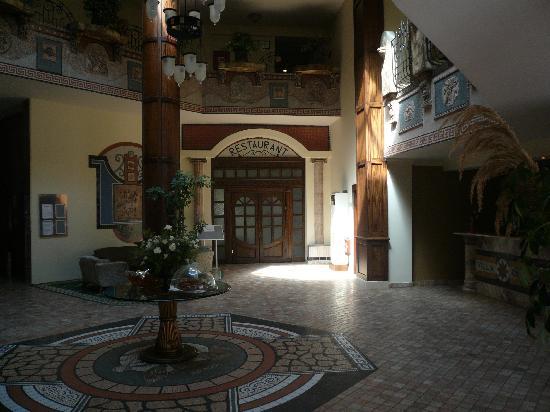 Villa Side Hotel: Die Lobby mit Blick zum Speisesaal