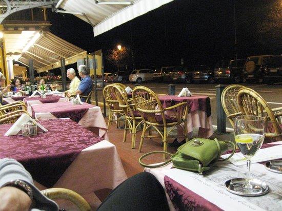 Red & White Wine Bar : Roadside Tables