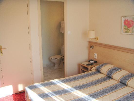 BEST WESTERN Hotel de France: Room 210 View 3