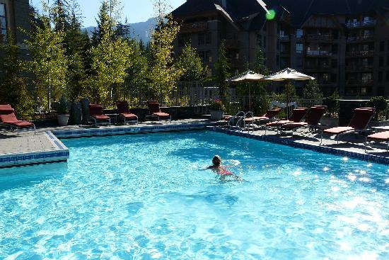 Four Seasons Resort and Residences Whistler : The swimming pool