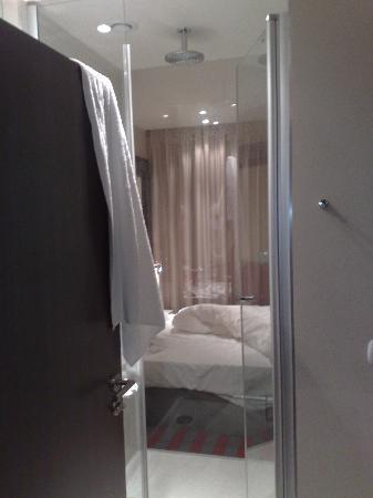 Mercure Warsaw Grand: See through shower into the bedroom