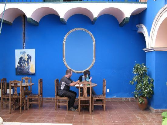 Hostal Las Tres Portadas: patio de l hotel
