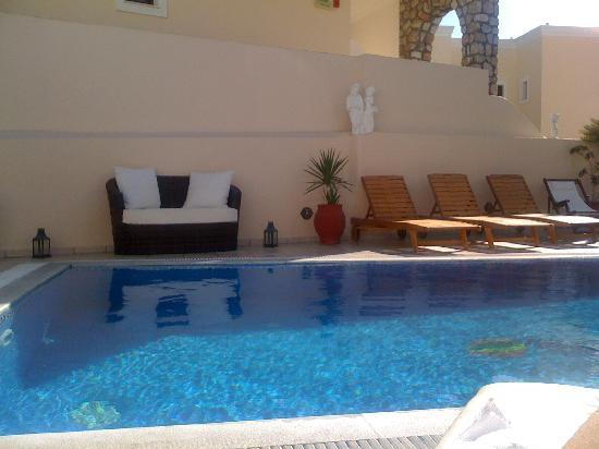 Evgenia Villas & Suites: The view of the pool from my sun lounger.