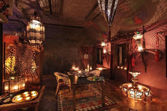 Bijou Hotel Love & Romance: Der Tisch für Abendessen & Frühstück