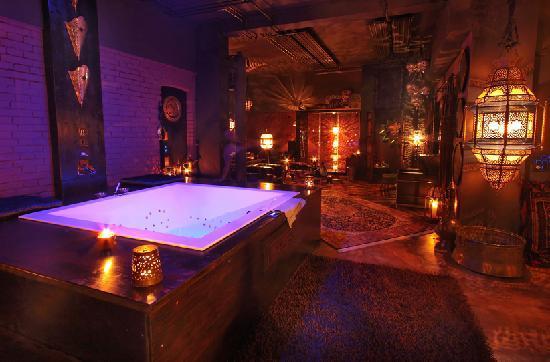 Bijou Hotel Love & Romance: Der Whirlpool mit (Lichteffekt-)Dusche