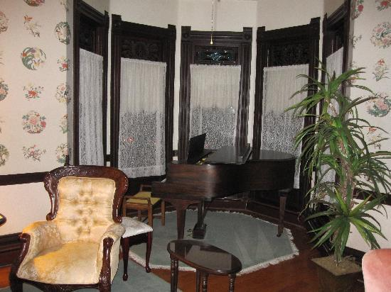 Hinds Victorian Guest House : antique piano