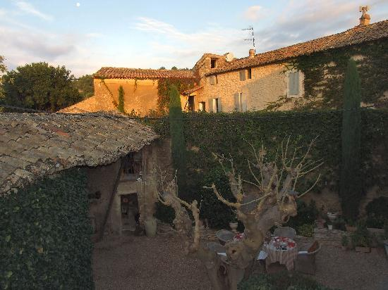 Le Mas des Roses : Courtyard at Sunset