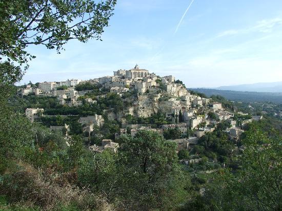 Le Mas des Roses : View of Gordes taken from near B & B
