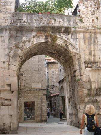 Diokletianpalast: Roman arches and remains abound in the palace