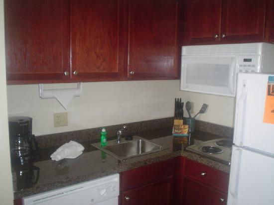 Staybridge Suites Tampa East - Brandon: kitchen in room