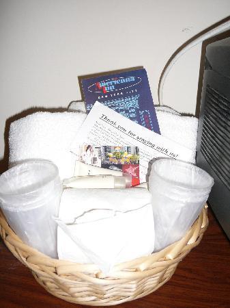 Americana Inn: panier d'accueil (serviettes, tapis de bain, gel douche et shampoing,...)