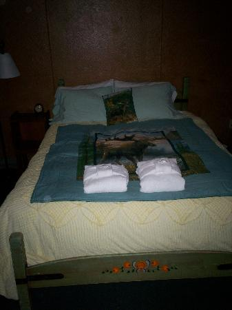 Oregon Caves Lodge : Your bed in Room 201