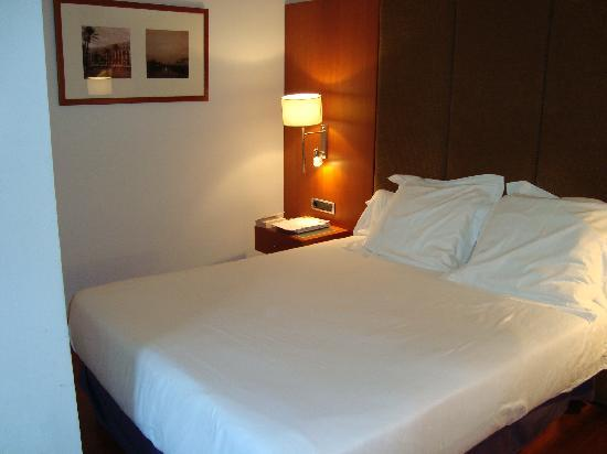 Narrow at foot of bed picture of hotel regina barcelona for Hotel regina barcelona booking