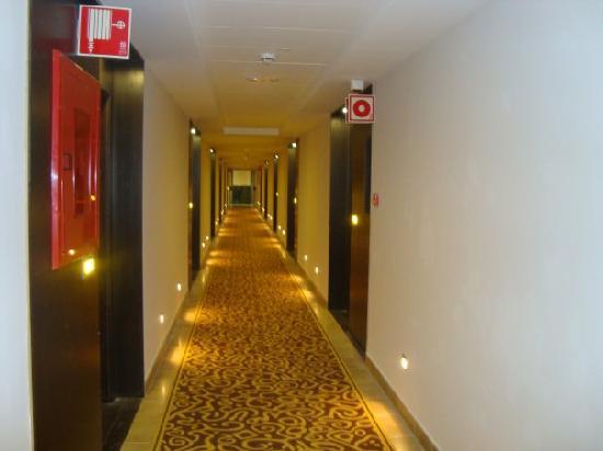Sandos Monaco Beach Hotel & Spa: Hotel Corridor