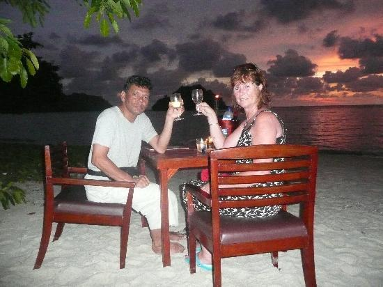 Anjungan Beach Resort: Dinner at the beach