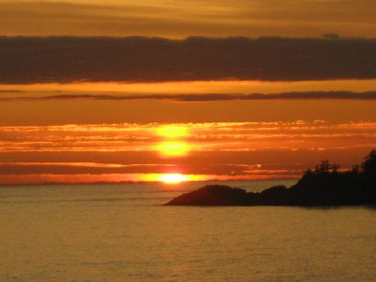 Wickaninnish Inn and The Pointe Restaurant: Sunset as can be seen from our room at the Wick