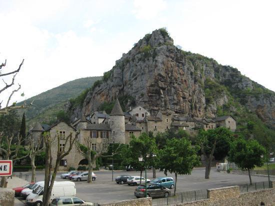 La Malene, France : L'hôtel et le village vu depuis le pont