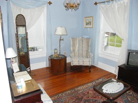 Goose Creek Farm Bed and Breakfast : Suite sitting room