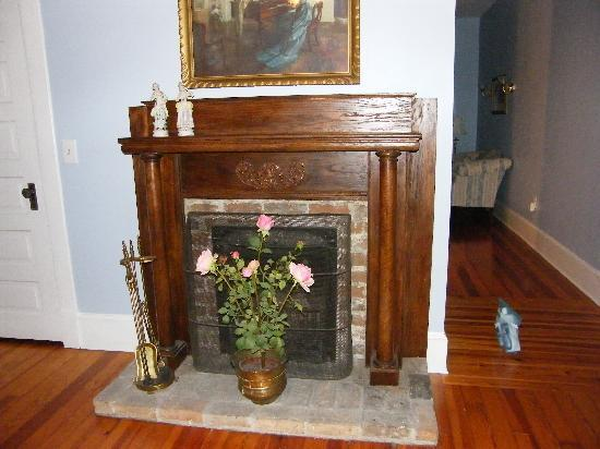 Goose Creek Farm Bed and Breakfast: Suite bedroom fireplace