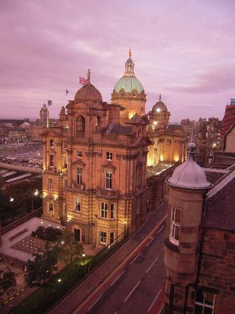 Capital View Apartments: View from right window of old Bank of Scotland Headquarters