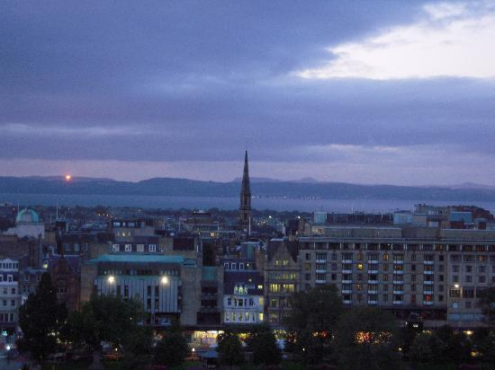 Capital View Apartments: Another view of New Town and Firth of Forth
