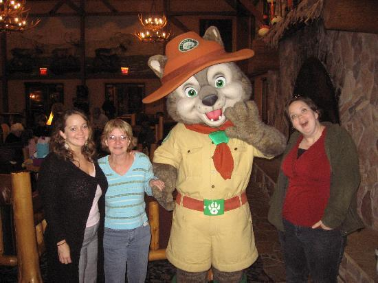 Great Wolf Lodge: Family and a mascot.