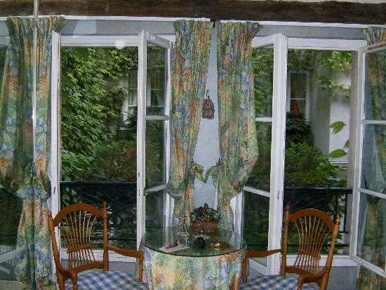 Relais Medicis : My favorite view - the seating area where we at breakfast looking out at the greenery of the cou