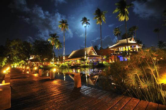 Anantara Mai Khao Phuket Villas: The tree bar and one restaurant