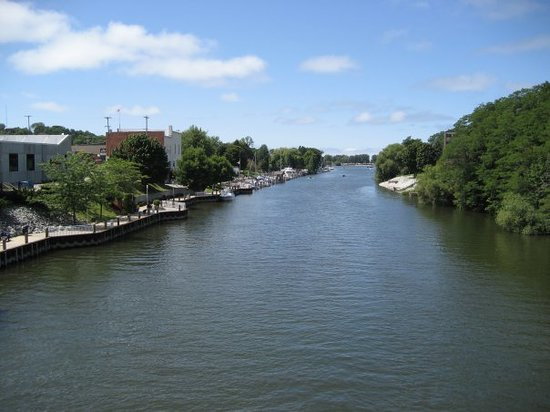 แมนิสตี, มิชิแกน: Stopped to take a picture over the bridge while biking in Manistee.