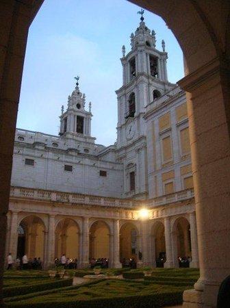 Palacio Nacional de Mafra: Dinner inside the courtyard at Mafra