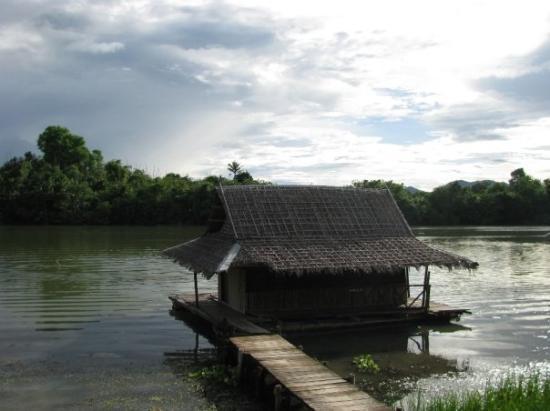 Bamboo House: Bungalow flottant sur la rivière Kwaï