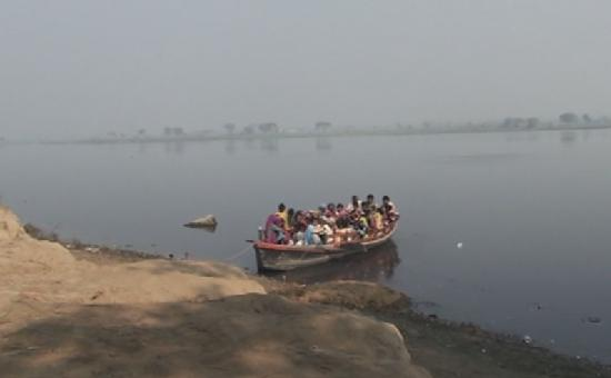Mathura, India: Locals crossing the Yamuna River