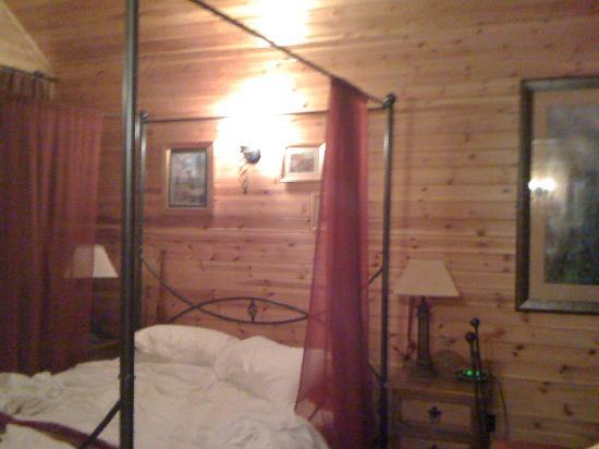 Tilford Woods Lodge Retreat: Main Bedroom
