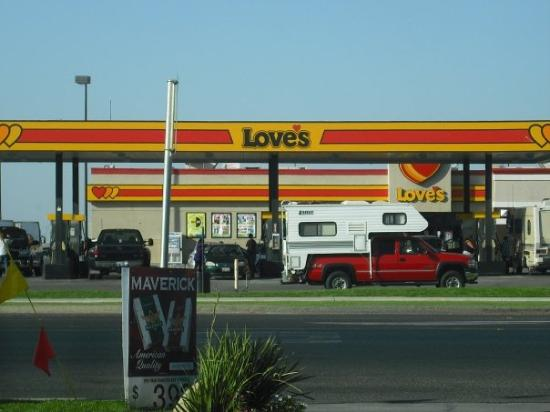 Lost Hills, Californien: I think this is kind of funny that gasoline place called Love in Lost  Hill lol