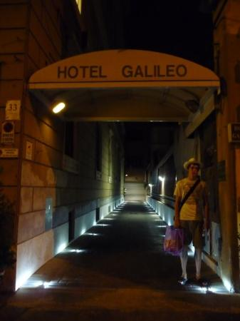 Hotel Galileo: Ah, the entrance to our lovely hotel :)