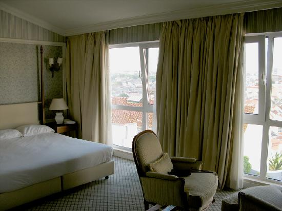Olissippo Castelo: Floor-to-ceiling windows looking out over the town.