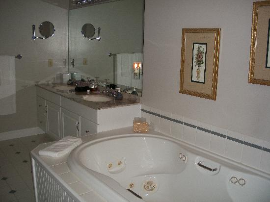 Stone Hill Inn: Jacuzzi tub for two