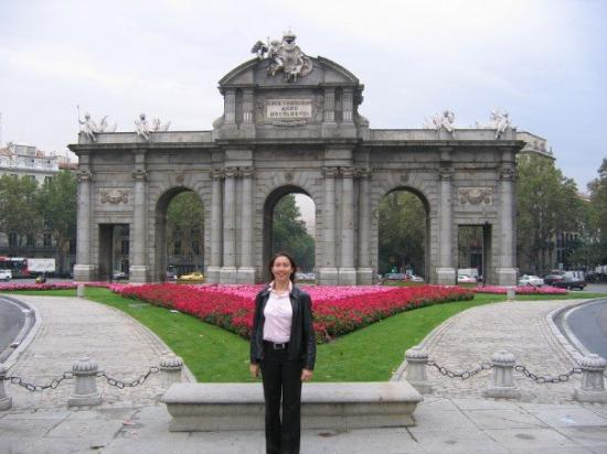 Madrid la puerta de alcal picture of puerta de alcala - La chulapa de alcala madrid ...