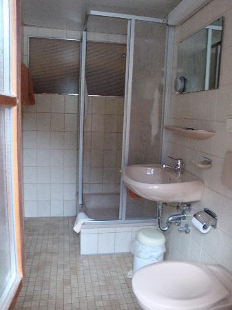 Hotel Königssee: Bathroom - Notice height of mirror