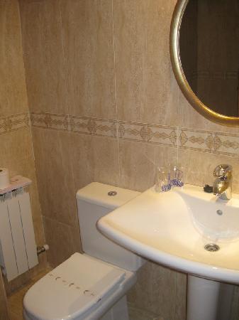 Hotel Torre del Clavero: Bathroom.