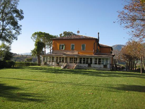 Camerino, Italy: The hotelfrom the lawn
