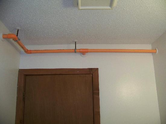 Quality Inn: the lovely orange pipes in the bathroom...(??)
