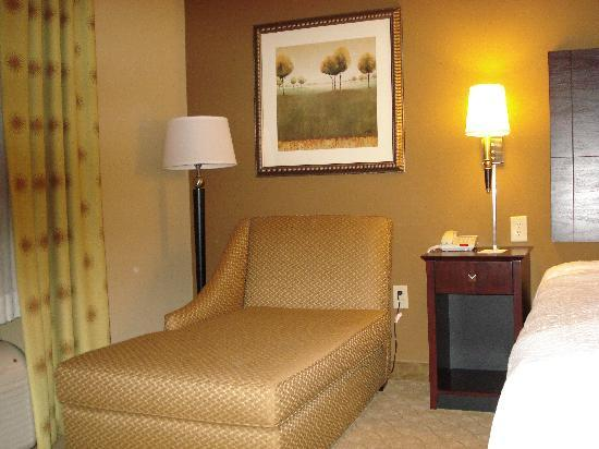 Hampton Inn Knoxville-East : lounge chair