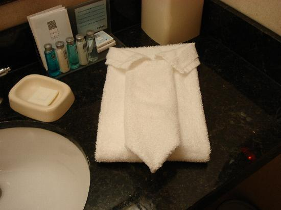 Hampton Inn Knoxville-East : bathroom hand towels folded to look like a shirt