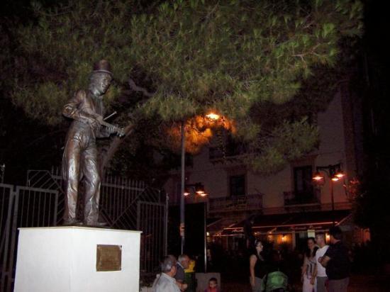 Crotone, Italia: statua di Rino Gaetano e sua casa natale alle spalle.