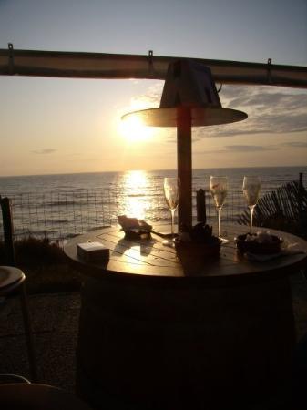 Lacanau-Ocean, Frankreich: 09.08.09 - Residui di un aperitivo al tramonto sull'oceano, con cozze, calamari e kir cassis