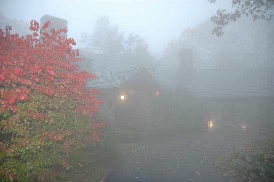 Gideon Ridge Inn: Gideon's Ridge Inn in Fog and Rain