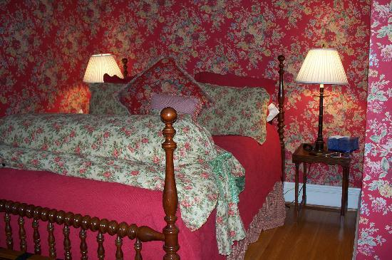 Canal Lamp Inn: Our wonderfully comfy bed!